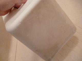 洗う前の椅子がこちら。 やっかいな水垢と湯垢がこびりついてしまうと、普通の洗剤でどんなにゴシゴシこすっても落ちません!